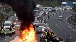 Rot vor Zorn – oder gelb vor Wut? Weil Macron auf die Teuerung der Energiepreise mit einer Steuererhöhung reagiert, werden Frankreichs Straßen blockiert
