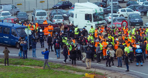 Streikende Docker in setubal versuchen einen Bus mit Streikbrechern aufzuhalten am 22.11.2018, die Polizei beginnt ihren Einsatz im Auftrag von VW
