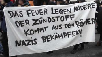Am 22. Dezember 2018 demonstrierten in Frankfurt/M. bis zu 2000 Menschen gegen rechte BrandstifterInnen am Schreibtisch und auf der Straße