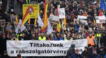 Proteste in Ungarn: Bis zu 400 Überstunden pro Jahr?