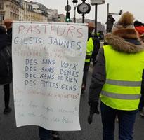 """Foto von Bernard Schmid: Auch 05. Januar 19 - Transparent anscheinend eines Arbeiterpriesters. Die von ihm aufgezählten Gruppen (""""Zahnlose"""", """"Analphabetinnen bei GAD.."""") wurden entweder durch François Hollande o. durch Emmanuel Macron beleidigt..."""