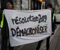 """Foto von Bernard Schmid: """"Vorsatz für 2019: Macron entfernen"""" (Demo in Paris am 5.1.19)"""