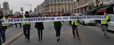 """Foto von Bernard Schmid: """"Macron hat Angst vor einem Referendum über eine Nationalbank"""". Hm, ja, nicht DIE weltbewegende Forderung. Aber echtes Transpi... (Demo in Paris am 5.1.19)"""
