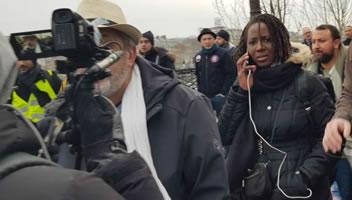 Foto von Bernard Schmid: Ein paar führende Exponenten der Bewegung - Philippe Pascot (links, Schriftsteller, durch die Kamera reflektiert) und Priscillia Ludosky (mit Ohrstöpsel) bei der Demo in Paris am 5.1.19