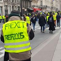 """Foto von Bernard Schmid: Linke und Rechte auf der Demo in Paris am 5.1.19 - Geographisch Links: """"Frexit"""" (Begriff wird nur von Rechten benutzt) - geographisch rechts: """"CGT"""""""