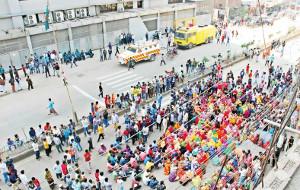 Streikende Textilarbeiter blockieren die Hauptstrasse in Bangladeschs Hauptstadt am 6.1.2019