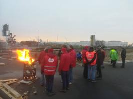 Beim erfolgreichen eintägigen Generalstreik in Belgien am 13.2.2019 - vor den Toren von Bayer...