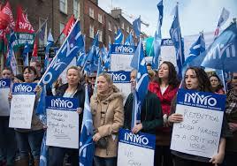 Streikdemonstration im Februar 2019 im irischen Gesundheitswesen - der Hebammenverband IMNO ist ein wesentlicher Faktor der Mobiisierung