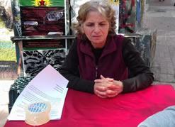 Die Mutter von Mahir Mete Kul demonstriert seit 2 Tagen in der Athener Innenstadt