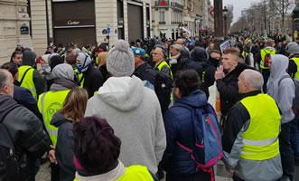 """Stilleben mit Vermummten und (echter) Militärmütze für Blauhelm-Einsatz beim """"Gelbwesten""""-Protest in Frankreich im März 2019, Foto von Bernard Schmid"""