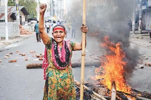 Streikende Jutearbeiterin in Bangladesch am 4.4.2019 - Strassenblockaden waren weit verbreitet an diesem Tag