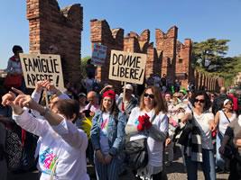 Tausende stellen sich in Verona/Italien am 30.3.2019 dem Weltfamilienkongress entgegen