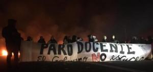 Streikende Lehrer und solidarische Begleute blockieren in Südchile eine Straße