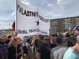Es gab auch Linke bei der Prager Demo am 22.6.2019 - dieser hier fordern die Enteignung des Ministerpräsidenten