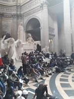 »Gilets Noirs«: 300 Papierlose besetzen Pariser Panthéon am 12.7.19. für »Papiere und Freiheit für alle« - und werden brutal polizeilich vertrieben