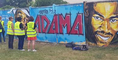 Foto von Bernard Schmid: Szene mit einer Gruppe der (sehr progressiven) «Gelbwesten-Frauen Großraum Paris» (femmes gilets jaunes Ile-de-France) am 20. Juli 19 in Persan-Beaumont, anlässlich des Protests zum Todestag von Adama Traoré