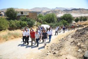 """Der """"Spaziergang"""" gegen den Staudamm - kurz bevor er von der türkischen Polizei überfallen wurde"""