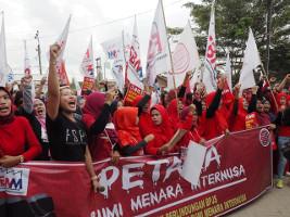 Juli 2019: Eine der vielen Solidaritätsaktionen mit der festgenommenen Gewerkschafterin beim Fischereikonzern BMI in Indonesien