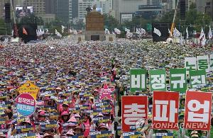 Eine der zahlreichen Streikdemonstrationen in Seoul am 4. und 4. Juli 2019 - prekär Beschäftigte im Öffentlichen Dienst wehren sich