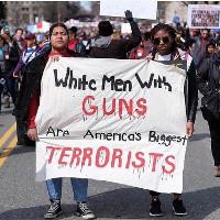 Demonstration in El Paso nach dem Nazi-Mordanschlag - weiße Männer sind die größte gefahr...