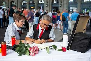 Kolleginnen und Kollegen des tödlich verunfallten Zugbegleiters schreiben an der Gedenkminute vom 9. August am Zürcher HB ins Kondolenzbuch