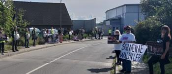 Protest gegen das Tönnies-Sommerfest mit Kinderbelustigung auf dem Schlachthof Kellinghusen am 7.9.2019, Foto: Dieter Wegner