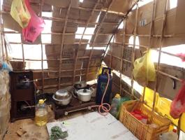 In solchen Hütten aus Plastik leben erntehelfer aus Bangladesch in Griechenlands Erdbeerfelder