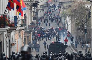 Armee gegen Demonstranten in Ecuador am 2.10.2019 - die Proteste gehen trotz Notstand weiter...