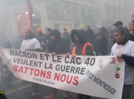 """Demo am 9.1.20 in Paris: Streikkomitee aus einem Métro- oder Bus-Endbahnhof im Pariser Süden. """"Macron & und die Börsenkonzerne (des Aktienindex CAC40) wollen den Krieg"""" (Foto: Bernard Schmid)"""