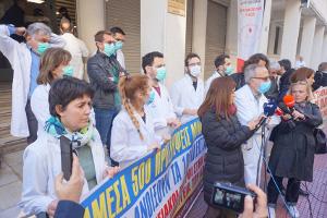 Anfang April 2020 protestieren ÄrztInnen im Gesundheiitswesenn Griechenlands für Neueinstellungen wegen des Virus