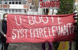 """Protest in Kiel gegen """"Kranke Arbeit!"""" am 9.4.20 vor der Werft Thyssen Krupp Marine Systems (TKMS) (Ex HDW) in Kiel"""