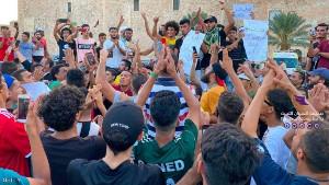Vor allem Jugendliche waren es, die im August 2020 gegen alle Bürgerkriegsparteien in Libyen protestierten - viele Jugendliche...
