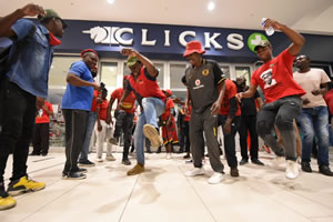 """Südafrika: Clicks must go to hell"""" - EFF protest against store's racist advert"""