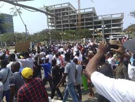 Demonstration gegen Erwerbslosigkeit in Luanda am 24.10.2020 - vor dem Polizeiüberfall der MPLA