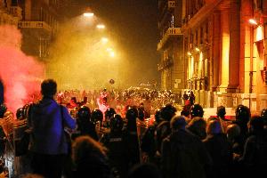 Es kracht vor dem Sitz des Unternehmerverbandes in Neapel - und das machen Faschisten nicht, gegen ihre Chefs protestieren...