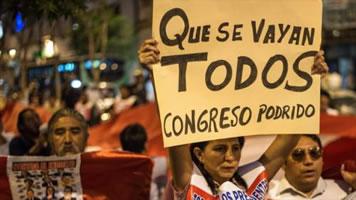 """Peru: """"Vacarlos a todos"""" - sie sollen alle gehen, samt ihrer Verfassung"""